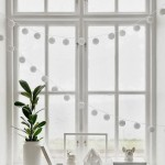 guirnalda blanca en ventana